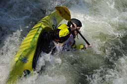 Ein actiongeladenes Outdoor-Photo: Kajakfarer im Wildwasser